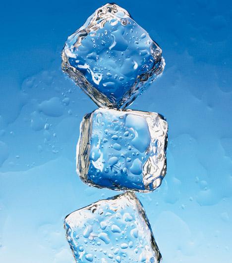 JégTegyél jeget a herpeszre. A hideg leviszi a duzzanatot, ráadásul enyhíti a fájdalmat is. Ha elég korán - már a herpeszt jelző bizsergés első jelére - alkalmazod ezt a hűs trükköt, könnyen megúszhatod egy kisebb hólyaggal.