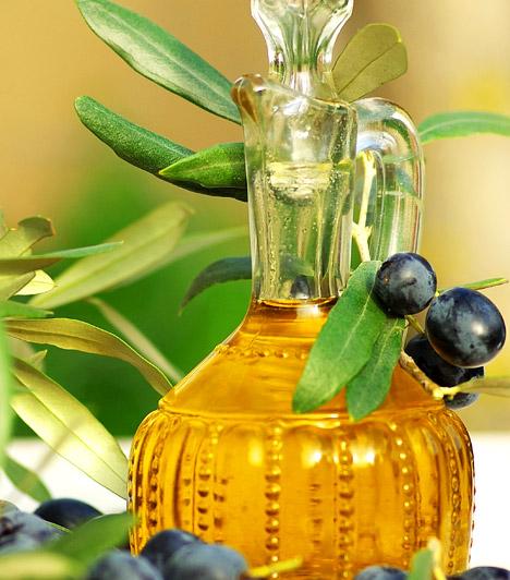 Olívaolaj  Az olívaolaj remek bőrápoló. Összekeverheted szárító hatású ecettel vagy teafaolajjal, majd vidd fel a herpeszre. Önmagában nem segít a vírus okozta elváltozáson, de más hatékony házi szerrel kiegészítve gyorsítja a gyógyulást.  Kapcsolódó cikk: Így használd az olívaolajat! »