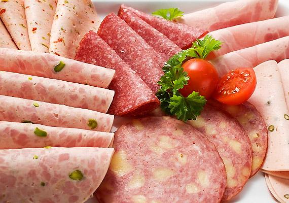 Húsfélék színezőanyagaként és tartósítószereként használják az E250-es számú nátrium-nitritet. A gyomorba és a tápcsatorna további részeibe jutva nitrózaminná alakul, és DNS-károsodást okoz.