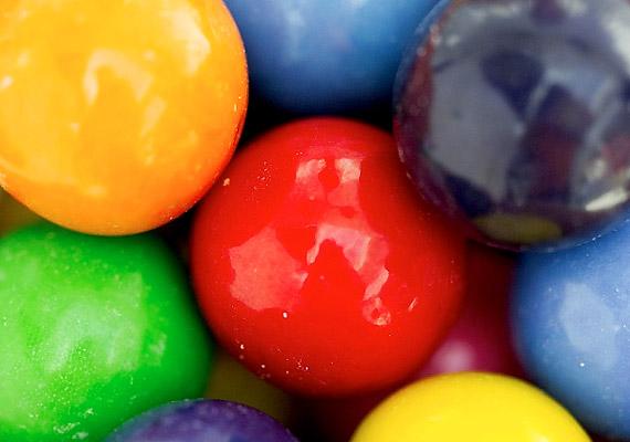 Az édesítőszerként használt ciklamát - E 952 - kromoszómakárosodást okozhat. Nagyobb mennyiségben kísérleti patkányoknál hólyagrákot idézett elő. Rágógumik, cukormentes italok ízesítésére használják.