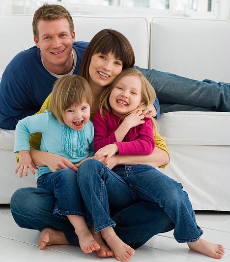 Nagy család  A gyermekek érkezése nemcsak örömöt hozhat az életedbe, hanem egészséget is. Egyfelől jobban odafigyelsz, hogy mit eszel, hogyan élsz a terhesség alatt. Másfelől kutatások szerint már a szülővé válástól egészségesebb lehetsz, szervezeted olyan változásokon megy keresztül, melyek ellenállóbbá teszik a súlyos betegségekkel szemben.  Kapcsolódó cikk: 3 egészségügyi ok, amiért érdemes sok gyereket vállalnod »