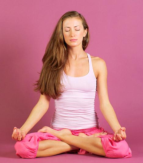 Meditáció                         A titok kulcsa a meditáció stressz- és szorongáscsökkentő erejében rejlik. Clifford Saron idegtudós a tibeti buddhizmus meditációs és jógagyakorlatainak vizsgálata során arra figyelt fel, hogy a meditáció hatására megnőtt a szervezetben a telomeráz enzim aktivitási szintje. Annek következtében sejtszinten lassult le az öregedés folyamata.                         Kapcsolódó cikk:                         Egyszerű módszerrel gátolhatod a sejtek öregedését »