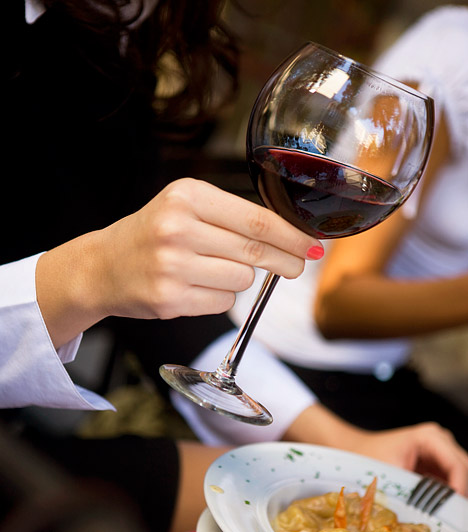 Vörösbor  Az egészségedre hivatkozva mindennap ihatsz egy pohárka vörösbort. A vörös nedű ugyanis erős antioxidánsként bizonyos fokú védelmet nyújt a daganatos betegségekkel és a keringési rendellenességekkel szemben. A legjobb antioxidáns a cabernet sauvignon, majd a pinot noir, a zweigelt, a potugieser és a merlot következik a hatóanyag-tartalom szerinti sorban.  Kapcsolódó cikk: A vörösbor 3 áldásos egészségügyi hatása »