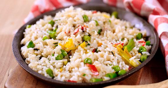 A rizs - amellett, hogy remekül felszívja az alkoholt, illetve energiával látja el szervezeted - B6-vitaminban és magnéziumban is gazdag.