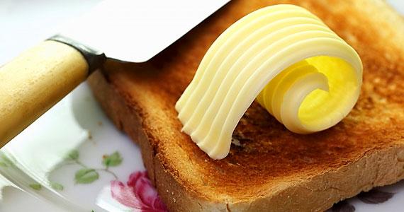 Bár a vaj és a margarin valójában nem szívják fel az alkoholt, de kicsempézik a gyomrodat - így a szesz nehezebben kerül a véráramba.