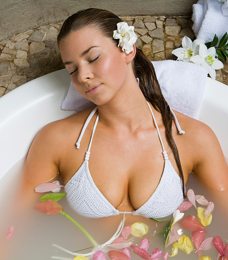 Hűtőfürdő  Ha nagyobb felületen égtél meg, vegyél hűtőfürdőt - így még az esti fülledt meleg hatásától is megszabadulsz egy rövid időre. Több hozzávalót is kipróbálhatsz, hogy megtaláld a számodra legtökéletesebb receptet. A fürdővízbe keverhetsz fél csésze zablisztet vagy egy csésze fehér ecetet, esetleg egy jó adag szódabikarbónát, hogy enyhüljön a feszítő, égő érzés.  Kapcsolódó cikk: Emésztésserkentő, antibakteriális - Szódabikarbóna »