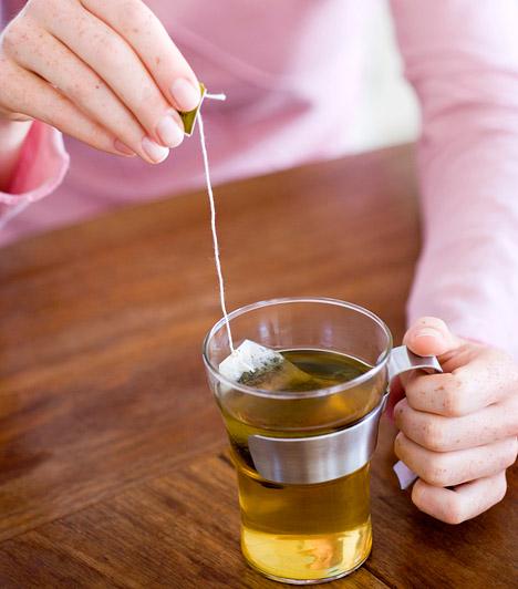 Teafilter  Ha csak egy kisebb részen kapott meg a nap, esetleg a szem körüli érzékeny bőr pirosodott be, segít a teafilter. Csak a fekete teát vagy zöld teát tartalmazó zacskócska felel meg a célnak, mert ezek nem tartalmaznak hozzáadott színezőanyagokat. Épp csak annyi hideg vízbe áztasd a filtereket, amennyit felszívnak, és fektesd a nedves kis párnákat a fájó területre.  Kapcsolódó cikk: Napszúrás, leégés - Így védd meg tőlük a picit »