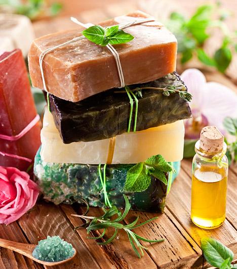 Természetes szappanok  Hatásosabb, ha illatosított tusfürdő helyett természetes alapanyagokból készített szappant vásárolsz. Ezeket már minden drogériában beszerezheted. Izzadás ellen részesítsd előnyben a levendula, teafaolaj vagy borsmenta alapú termékeket!  Kapcsolódó cikk: A 6 legütősebb természetes megoldás lábszag ellen »