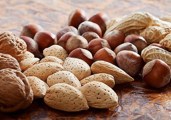 Az E-vitamin mérsékli a mellfeszülést és a rossz közérzetet, mivel csökkenti bizonyos szövetek érzékenységét a menstruációt megelőző hormonális változásokra. Fogyassz több E-vitaminban gazdag olajos magvat!