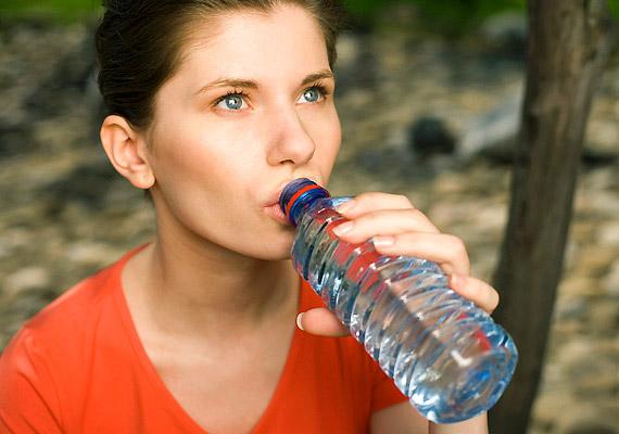 A menstruációt megelőző feszültséget, illetve a menzesz alatti rossz közérzetet csillapíthatod magnéziummal. Fogyassz több magnéziummal dúsított ásványvizet, hüvelyeseket, leveles zöldséget!