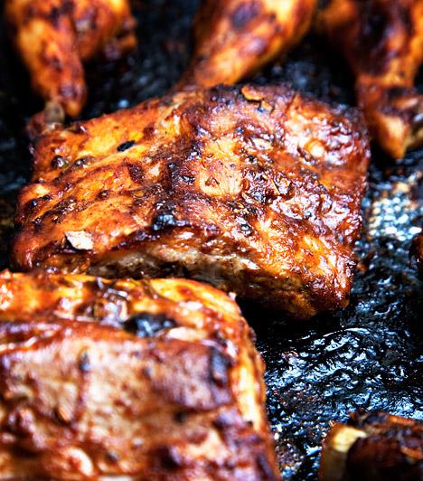 E249-252 - Nitritek és nitrátok  A pácolt húskészítmények állandó alkotói. Ezenkívül jelentős mennyiségben fordulhatnak elő a primőr zöldségekben - salátában, spenótban, retekben - a nitrogéntartalmú műtrágyák helytelen alkalmazása miatt. Egészségedet súlyosan veszélyeztető vegyületcsoport, hiszen a vér károsításával annak oxigénszállító képességét csökkentik, valamint a belőlük képződő nitrózamin rákkeltő.  Kapcsolódó cikk: 3 veszélyes rákkeltő anyag, amit fogyasztasz »