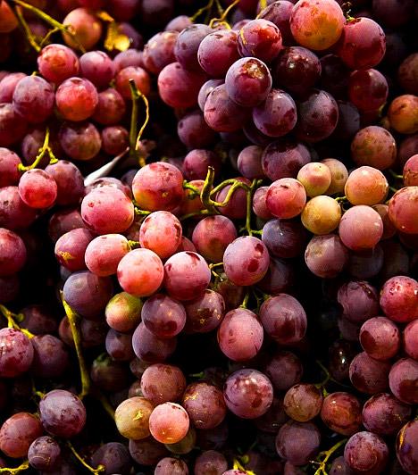 Szőlő  Számos vitamint tartalmaz, többek között B12-vitamint, valamint az antioxidáns hatású, azaz a méreganyagokat megkötő C-vitamint. Vértisztító és az anyagcserét serkentő hatásának köszönhetően különösen alkalmas a szervezet méregtelenítésére. Legjobb, ha kipróbálod a szőlődiétát még az ősszel.  Kapcsolódó cikk: 3 kiló mínusz a szőlődiétával »
