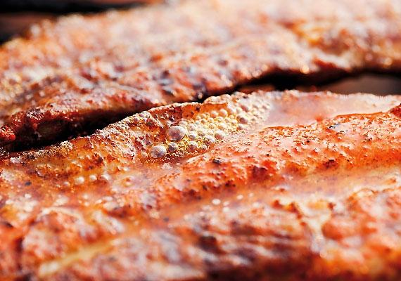 A legbiztosabb vasforrások az állati eredetű táplálékok, különösen a marha- és bárányhús tartalmaz nagyobb mennyiséget ebből a nyomelemből.