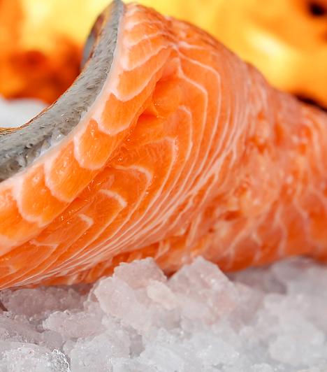 Hal - A-vitamin  A tengeri halak nem csupán omega-3 zsírsavakban gazdagok, hanem a bőr szépségéhez, illetve a látás élességéhez nélkülözhetetlen A-vitaminnak is biztos forrásai. A létfontosságú vitamin a fogak és a csontok felépítésében is részt vesz.  Kapcsolódó cikk: A sütőtök 3 áldásos egészségügyi hatása »