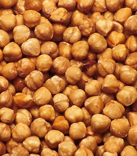 Mogyoró - B1-vitamin  Gyakran említik idegerősítőként is, mivel a vitamin legfontosabb célterülete az idegrendszer. Nélküle a szervezet nem képes a szénhidrátok lebontására, és a sejtek energiaforrás nélkül maradnak. Biztos forrása az élesztő, a búzacsíra és a mogyoró.