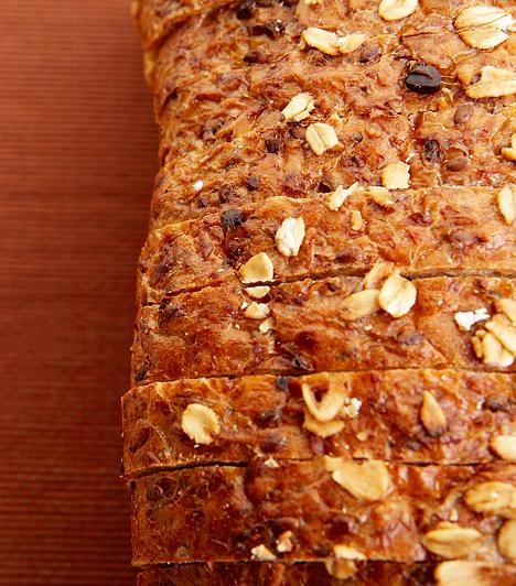 Teljes kiőrlésű gabona - B3-vitamin  A B3-vitamin energiával látja el a testet, valamint hozzájárul az idegrendszer megerősítéséhez, illetve az izmok építéséhez. A nikotinsavként is ismert vegyület legjobb forrásai a húsfélék, illetve a teljes kiőrlésű gabonák.  Kapcsolódó videó: Fehér helyett teljes kiőrlésű kenyér »