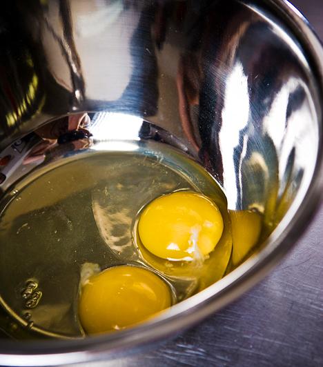 Tojás - H-vitamin  A H-vitamin - más néven niacin - a bőrszövet védelmi vitaminja. Nélkülözhetetlen a zsírok és a szénhidrátok feldolgozásához, szerepe van az anyagcsere-folyamatok során, valamint a növekedésben is. Biztos forrása a máj és a tojássárgája.  Kapcsolódó cikk: 1 db tojás: tényleg minden tápanyagot tartalmaz? »