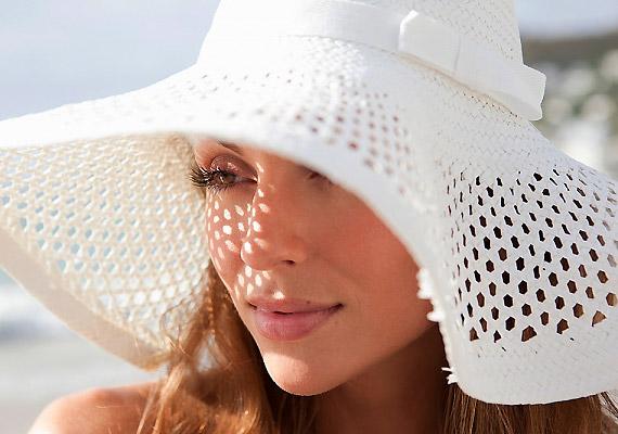 Az UV-B sugárzás azzal árt, hogy megváltoztatja a bőr sejtjeinek genetikai állományát. A nyári hónapokban vigyázz a nappal!