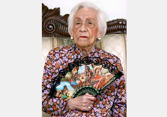 Az equadori María Capovilla 1889. szeptember 14-én született és 2006 augusztus 27-én, 116 éves korában hunyt el. A felső osztályból származó María soha nem dohányzott, nem ivott tömény italt. Öt gyermeke született - akik közül halálakor még hárman életben voltak. Összesen 12 unokája, 20 dédunokája, és két ükunokája született. Százéves korában majdnem elhunyt, már az utolsó kenetet is megkapta, ám csodával határos módon felépült, és még 16 évet élt.