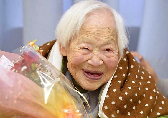 Misao Okawa múlt héten, 2015. áprils 1-jén hunyt el. Az 1898. március 5-én született japán nő évekig viselte a világ legidősebb élő embere címet. Azt, hogy megérhette a 117. születésnapját, illetve a történelem ötödik legidősebb embere lett, a sok alvással és a rendszeres halfogyasztással magyarázta.