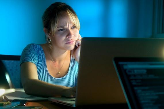 2013-ban a British Medical Journalban jelentek meg annak a kutatásnak az eredményei, mely szerint az éjszakai műszak és a mellrák kialakulása között komoly kapcsolat állhat fenn. A kutatás során 2300 nőt vizsgáltak meg - volt köztük, aki éjszaka dolgozott, és volt, aki nem -, arra a megállapításra jutottak azonban a szakemberek, hogy nagyobb valószínűséggel alakul ki rák azoknál, akik életük jelentős részében éjszakai műszakban dolgoztak. Mindezt a melatonin hormon termelődésével hozzák összefüggésbe - ez szabályozza az alvási ciklust, viszont csak sötétben képes termelődni, így a nappali alvás nagymértékben megzavarja a vele kapcsolatos folyamatokat.