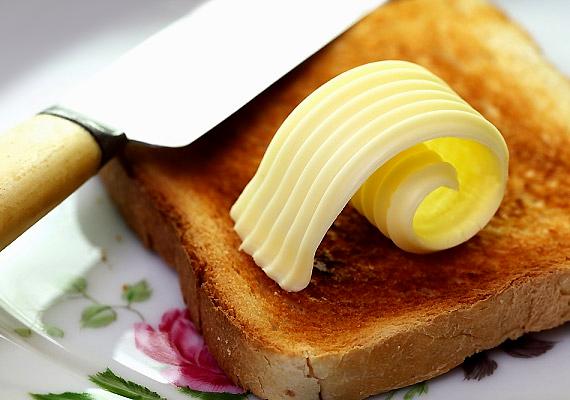 A vajtól, illetve a margarintól nem nehezülsz el, ám védőréteget képez a gyomorfalon, így akadályozza az alkohol felszívódását. Egy szelet vajas kenyeret vagy vajas pirítóst akkor is érdemes bekapnod buli előtt, ha nem vagy éhes.