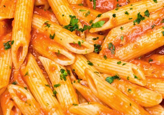 A spagetti vagy a penne is remek választás buli előtt, hiszen szénhidráttartamuk miatt megnehezítik az alkohol felszívódását. Mindössze arra ügyelj, hogy ezúttal hanyagold a tejszínes szószt - a borral és a sörrel könnyen összeveszik.