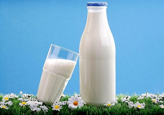 A tejtermékek B12-vitaminban gazdag élelmiszerek. 2 dl tej például nagyjából 2 mikrogramm B12-vitamint tartalmaz, ám a pasztőrözés során ennek fele elveszik.