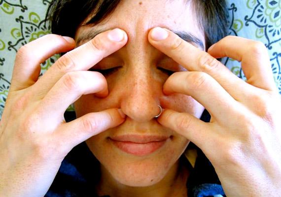 Nyomd a fenti képen látható módon az akupresszúrás pontokat egy-két percig, naponta legalább háromszor. A továbbiakban többet is megtudhatsz az egyes pontok kezeléséről. A következő képeken külön is megmutatjuk a három - illetve összesen hat pontot - melyek egyszerre történő kezelése pollenszezonban segíti a légúti tünetek enyhítését.