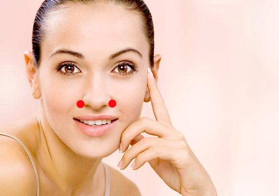 A Vab-20 akupresszúrás pont az ajkat és az orrcimpát összekötő redőben, az úgynevezett orr-ajak redőben található. A kezelés során a kisujjaddal átlósan felfelé kell nyomnod - mintha megcéloznád az ellenkező oldali szemet.