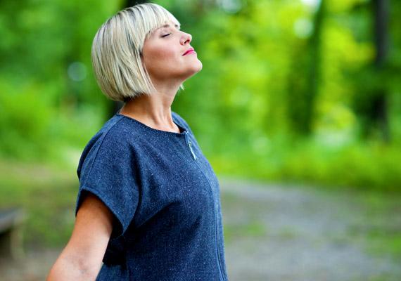 A legtöbben csak a tüdő felső részét használják, amiből adódóan kevesebb friss oxigén jut a vérbe, könnyebben elálmosodnak. Ha kedd délután rád tör az álomkór, sétálj egy kicsit a szabad levegőn és végy mély levegőt, próbáld kihasználni a teljes tüdőkapacitásodat.