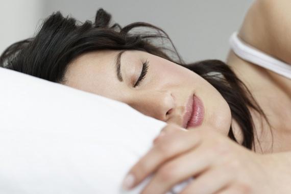 Kevés és rossz alvás                         Az alvás minőségének számottevő köze lehet a különféle mentális problémák kialakulásához, a depresszió mellett azonban a demenciát és az Alzheimer-kórt is gyakran megemlítik a téma kapcsán, ami érthető is, az alvás ugyanis alapvetően járul hozzá az agy regenerálódásához. Emellett olyan elmélet is létezik, mely szerint az alvás ahhoz is hozzájárul, hogy kiürüljenek azok a toxinok, méreganyagok, amelyek az Alzheimer-kór kialakulásához teremtenek ideális feltételeket. A kevés és rossz minőségű alvás tehát komoly kockázati tényező lehet. Kattints ide, és többet is megtudhatsz a témáról.