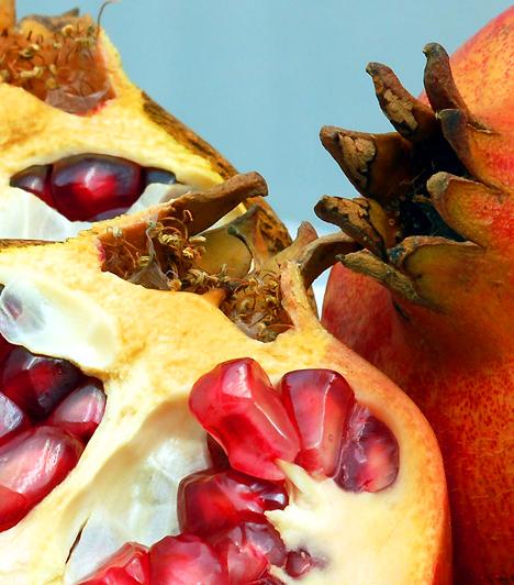 Gránátalma A piros magok, mint apró drágakövek ülnek a gránátalma belsejében. A gyümölcsben található kratechin nevű anyag védelmet nyújt a szabadgyökök ellen, így csökkenti a rákos megbetegedések, a szív- és érrendszeri, valamint a gyulladásos betegségek kockázatát.Kapcsolódó cikk:Antioxidáns, fiatalító, szívvédő - Mi az? »
