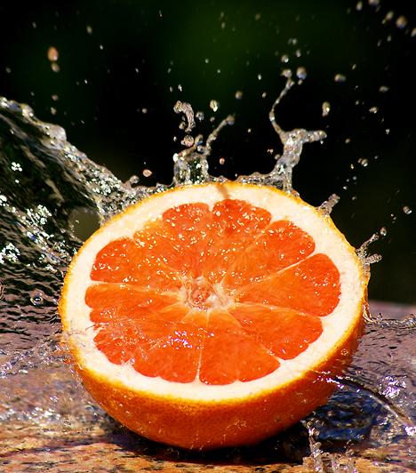 Grapefruit Közismert tény, hogy a gyümölcs rendkívül gazdag C-vitamin forrás. Emellett azonban számos további pozitív tulajdonsággal bír: gyökfogó, baktériumölő, és antioxidáns. Mindennapos fogyasztása rendkívül jó hatással van az egészségre.  Kapcsolódó cikk: A 3 leghatásosabb természetes immunerősítő »