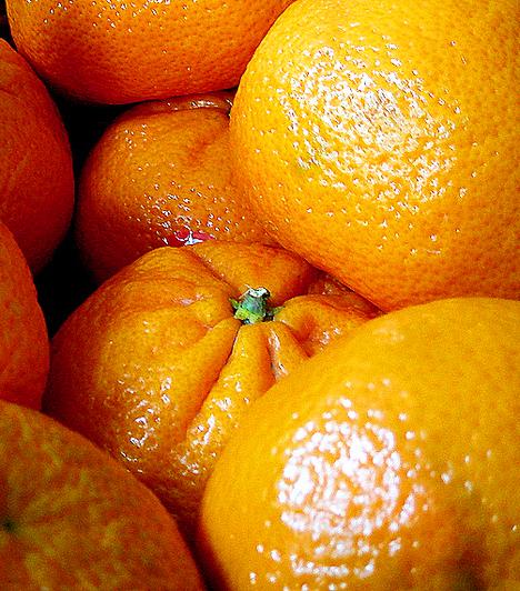Narancs A közkedvelt déligyümölcs magas C-vitamin-tartalma régóta ismert, az viszont talán kevésbé, hogy körülbelül kétszázféle antioxidáns vegyületet tartalmaz. A benne található béta-kriptoxantin nevű anyag például gátolja a vastagbélrák kialakulását.  Kapcsolódó cikk: Ezzel a 4 gyümölccsel fogyhatsz a leggyorsabban »