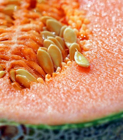 Sárgadinnye A gömbölyded gyümölcs rengeteg béta-karotint tartalmaz, melyet a szervezet A-vitaminná alakítva a betegségek elleni küzdelemben döntő szerepet játszó nyiroksejtek termeléséhez használ fel.