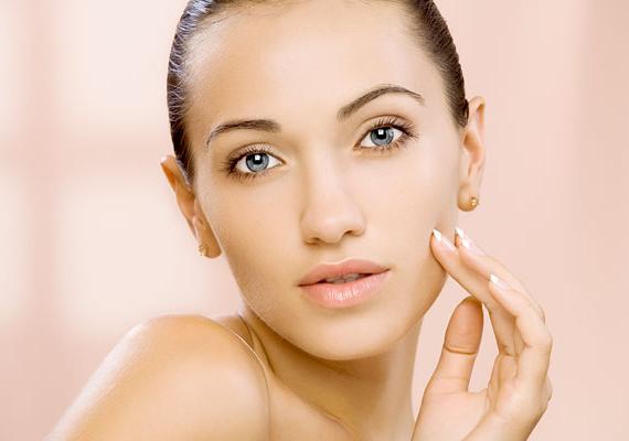 A C-vitamin fogyasztása nagyon jót tesz a bőrnek, fokozza például a kollagén termelését, illetve segítséget jelenthet akkor is, ha repedezett és nagyon száraz a bőröd. Elősegíti továbbá a varasodást és a sebek gyógyulását, emellett gyulladáscsökkentő hatása van, így például a pattanások eltüntetésében is szerepe lehet.