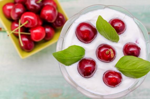 A cseresznye ásványi anyagokban és vitaminokban is gazdag, tartalmaz többek között kalciumot, magnéziumot és vasat, emellett kimagasló az A- és C-vitamin-tartalma. A friss cseresznyével szinte bármilyen étkezést feldobhatsz, érdemes lehet akár reggelire is fogyasztani, müzlihez, joghurthoz keverve.
