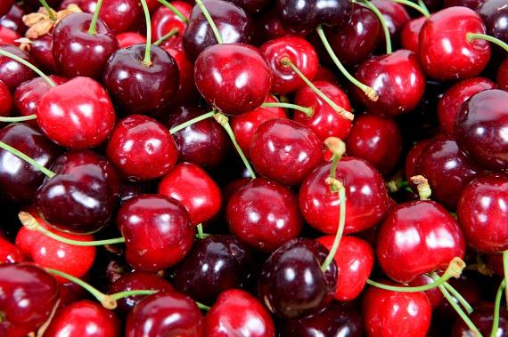 A cseresznye gyönyörű, élénk színét a benne található antocianinoknak köszönheti, melyek erőteljes antioxidáns hatással bírnak, így segítenek az olyan súlyos problémák megelőzésében is, mint a rák vagy a szívbetegségek. Ha szeretnéd maximálisan kihasználni a cseresznye jótékony tulajdonságait, mindenképp érdemes nyersen fogyasztanod.