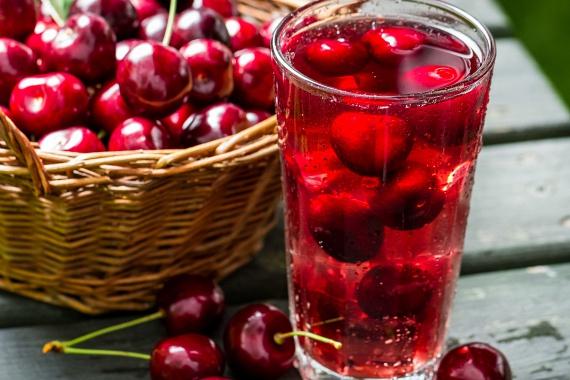 A gyümölcs igen gazdag rostokban, gyorsítja az emésztést, élénkíti a bélrendszert, a benne található káliumnak pedig vízhajtó hatása van. Ha kellő mennyiségű folyadékot fogyasztasz mellé, tökéletesen alkalmas a szervezet méregtelenítésére is. Érdemes belőle méregtelenítő vizet készíteni, amihez nem kell más, mint az, hogy egy nagy pohár vízhez cseresznyedarabokat vagy félbevágott cseresznyéket adj.