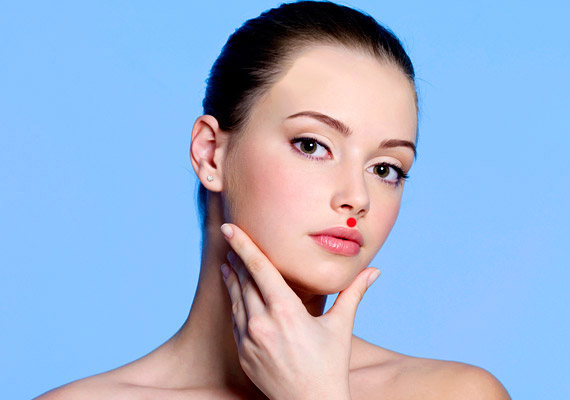 A K-26-os pont távkezelésre alkalmas. A száj és az orr közötti részen, pontosan középen található.