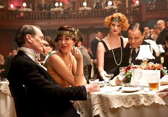 A 2009-ben indult Gengszterkorzó című sorozat középpontjában az 1920-as évek alkoholgőzös, füstös amerikai alvilága áll. A főszerepben: Steve Buscemi, Michael Shannon, Michael Pitt és Kelly Macdonald.