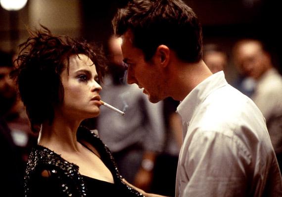 A 1999-es, Edward Norton és Brad Pitt főszereplésével játszódó Harcosok klubja igazi kultuszfilm lett. A Marla Singert alakító Helena Bonham Carter gyakorlatilag minden egyes jelenetben dohányzik.