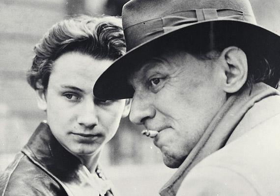 Gothár Péter 1981-es, Megáll az idő című filmje az '56 utáni Magyarországon játszódik, ahol mindenki Nyugatra vágyik - és dohányzik.