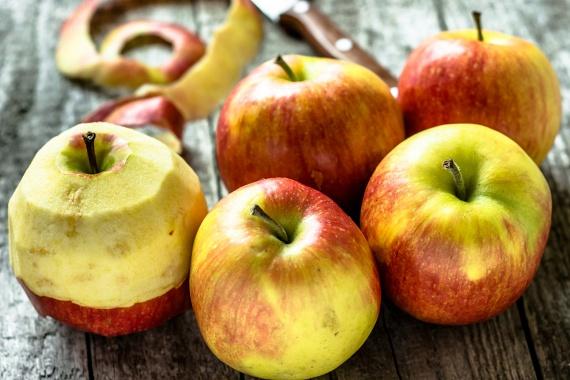 Az alma kiváló rostforrás, emellett nagyon sok C- és K-vitamin, valamint kálium található benne. Számos flavonoidot tartalmaz, melyek a daganatos betegségek leküzdésében játszhatnak fontos szerepet. A Biofactors című folyóiratban koreai tudósok arra mutattak rá, hogy kémiai rákmegelőző hatása van, mely többféle antioxidáns egyesített hatásával és daganat-visszafejlődést elősegítő tulajdonságaival van összefüggésben.