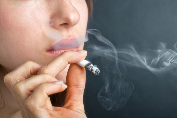 Az egyik legkártékonyabb dolog a szem egészségének tekintetében a dohányzás, számos kutatás bizonyította például, hogy elősegíti a makula, vagyis a szem éles látásért felelős részének megbetegedését és károsodását, mely időskori makula-degenerációhoz, rosszabb esetben pedig vaksághoz is vezethet. Szemed egészsége érdekében is érdemes ezért mielőbb letenni a cigarettát.