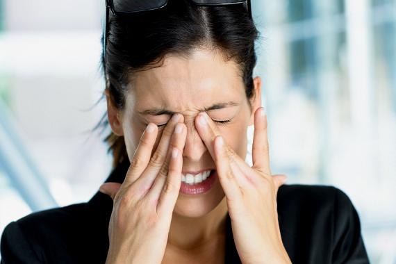 A különféle környezeti hatások és életmódbeli szokások sokat árthatnak a szemnek, a fluoreszkáló fényeket például mindenképpen próbáld meg elkerülni, az uszodában használj úszószemüveget, sohase olvass sötétben vagy félhomályban, és tilos dörzsölnöd a szemed.