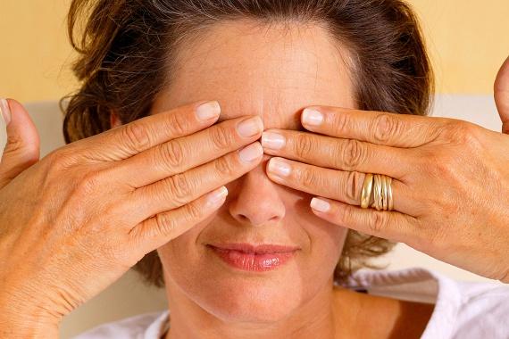 A szem tornáztatása és edzése is nagyon fontos, különösképp, ha irodai, számítógépes munkát végzel. Érdemes minden reggel, illetve este elvégezni a következő gyakorlatokat, de minél többször teszed meg a nap folyamán is, annál jobb. Dörzsöld össze a tenyereidet, majd a meleg kezedet tedd rá a szemeidre, maradj így pár másodpercig, majd ismételd meg néhányszor. Nézz lefelé a szemeddel, majd balra, onnan pedig felfelé, ívesen vidd át a tekinteted jobbra. Érdemes a halántékodat is gyakran megmasszíroznod, ha pedig úgy érzed, túlságosan fáradt a szemed, legalább három percre hunyd le.