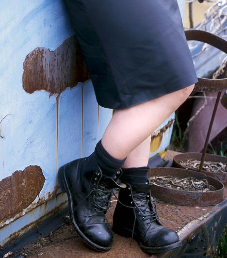 Fekete ruha  A ruha színe is lehet negatív hatással az egészségi állapotodra. Ha például túl gyakran viselsz feketét, hosszú távon ronthatja a hangulatodat, könnyen depresszióssá tehet. Ezen kívül akár allergiát is okozhat.  Kapcsolódó cikk: Veszélyes fekete ruhadarabok: mi van a festékanyagban? »