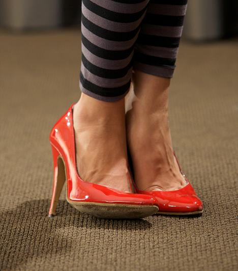 Magassarkú cipő  Nem egyszer bizonyították már: a magassarkú cipő egészségtelen. Ortopéd orvosok szerint veszélyes a gerincre, illetve a boka- és térdízületre is. Mindemellett persze szexi - így hát kezedben a döntés kényszere.  Kapcsolódó cikk: Magas sarkú: hány centi felett veszélyes? »